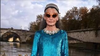 Benedetta Barzini, classe 43, posa per Gucci sul lungotevere
