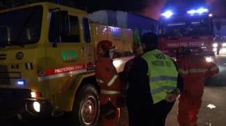 Alcuni addetti Vab impegnati con i vigili del fuoco nello spegnimento dell'incendio