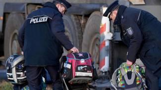 Incidente scuola bus in Germania. I poliziotti con gli zainetti dei bimbi (Ansa)