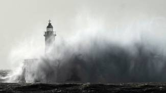 Un faro nella tempesta a Newhaven, East Sussex, Gran Bretagna (Ansa)