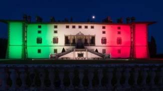 Tricolore sulla facciata della villa Medicea di Artimino