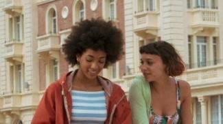 Summer e Sofia davanti al Grand Hotel a Cesenatico