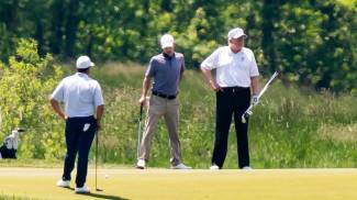 Trump gioca a golf nel suo club in Virginia (Ansa)