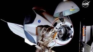 La Crew Dragon sta per agganciarsi alla stazione orbitante Iss (Ansa)