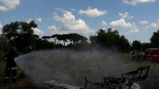 Ultralight crashes in Nettuno: the image of the firefighters (Ansa)