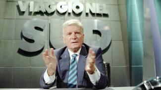 Sergio Zavoli durante la trasmissione 'Viaggio nel Sud' del 1992 (Ansa)