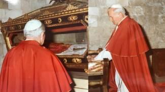Giovanni Paolo II in visita nel '93 alla Cattedrale davanti alle reliquie di San Timoteo