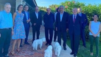 Lo scatto del 6 agosto in Sardegna: gli ospiti di Berlusconi (Ansa)