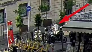 Lo scooter parcheggiato con le chiavi lasciate inavvertitamente nel bauletto