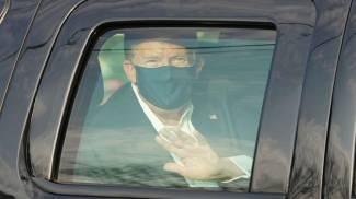 Trump esce dall'ospedale in macchina per salutare i fan (Ansa)