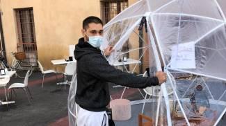 La bolla di plastica di prova allestita in piazza Cortevecchia dal bar Foggy Mug
