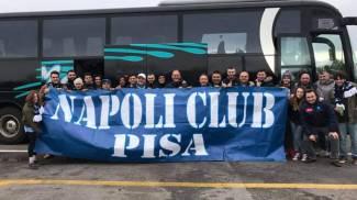 I tifosi azzurri di Pisa con lo striscione del club