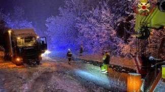 I vigili del fuoco sono intervenuti a Monghidoro per liberare camion dalla neve
