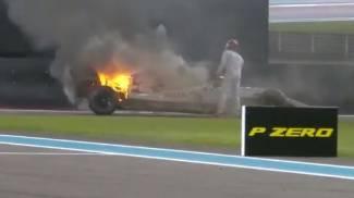 L'Alfa Romeo di Raikkonen a fuoco (frame dal video Twitter di Formula 1)