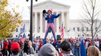 Sostenitori di Trump davanti a Washington (Ansa)