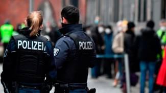Germania, la polizia controlla la coda per le vaccinazioni (Ansa)