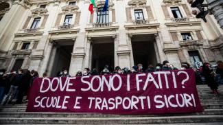 Studenti protestano davanti al ministero dell'Istruzione a Roma (Ansa)