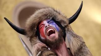 Lo 'sciamano' Jake Angeli durante l'assalto al Congresso (Ansa)