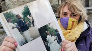 Alessia Pierattini mostra le foto della comunione di Kobe (foto Acerboni/FotoCastellani)