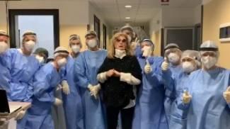 Iva Zanicchi insieme al personale dell'ospedale di Vimercate (Instagram)