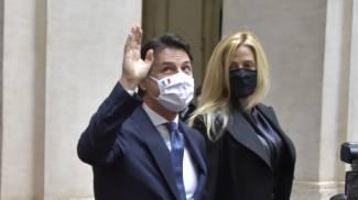 Giuseppe Conte esce da Palazzo Chigi con Olivia paladino (ImagoE)