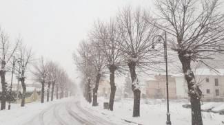 La tormenta di neve a Introdacqua, nell'Appennino abruzzese (Ansa)