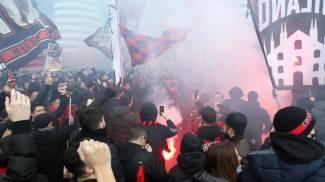 Tifosi rossoneri a San Siro (Ansa)