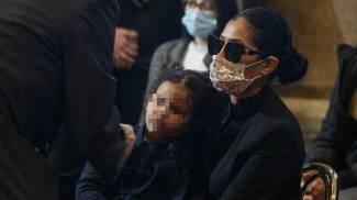 La moglie di Luca Attanasio indossa un velo nero e tiene una delle figlie in braccio