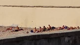 Gente che prende il sole accanto all'Accademia Navale