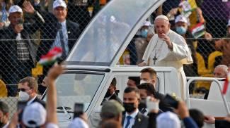 Papa Francesco nel suo viaggio in Iraq (Ansa)