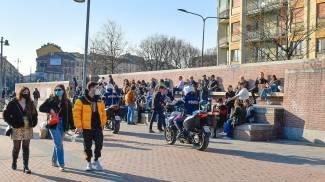Cittadini milanesi riempiono la Darsena di Milano (Ansa)