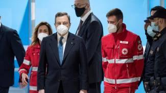 Mario Draghi in visita all'hub di Fiumicino (Ansa)