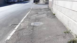 Marciapiede devastato in viale Risorgimento a Livorno