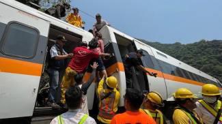 I soccorsi dopo il deragliamento del treno a Taiwan (Ansa)