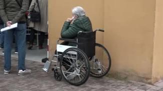 Una anziana disabile aspetta il suo turno del vaccino a Pistoia