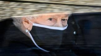 La regina Elisabetta al funerale del marito (Ansa)
