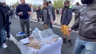 Un momento della protesta: i ristoratori apparecchiano in autostrada
