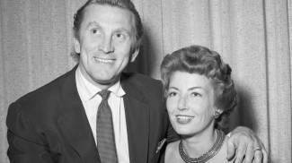 Kirk Douglas e la moglie Anne in una foto del 1954 (Ansa)