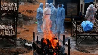 India, continuano le cremazioni (Ansa)