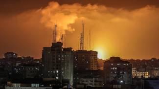Fumo nella notte di Gaza (Ansa)