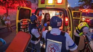 Israele, una ragazza soccorsa a Sderot (Ansa)