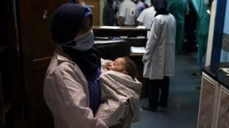 Un bambino miracolosamente sopravvissuto al bombardamento (Ansa)