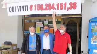 Vincita a Montappone, Gianmario Mennecozzi, il titolare della tabaccheria