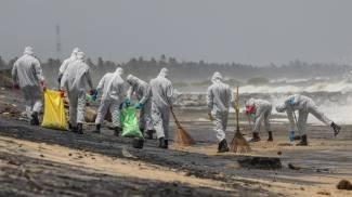Nave Sri Lanka, militare puliscono la spiaggia dai detriti (Ansa)