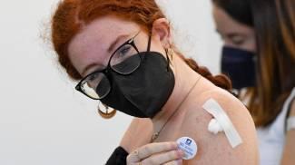 Vaccini Italia: largo ai giovani (Ansa)
