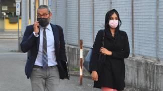 L'avvocato Luigi Scarcella con una collaboratrice all'uscita dal carcere