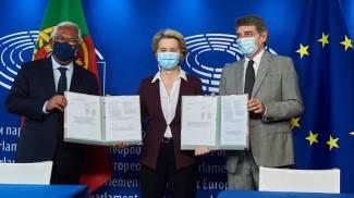 Antonio Costa, Ursula e David Sassoli in occasione della firma finale