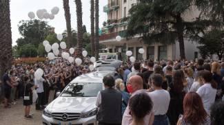 Palloncini bianchi per ultimo saluto a Camilla (Ansa)