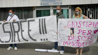 Desirée Mariottini, uno striscione all'esterno dell'aula bunker (Ansa)