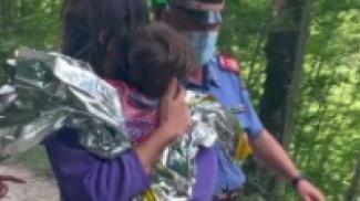 Il bambino in braccio alla mamma